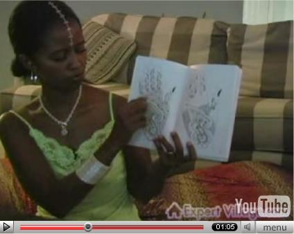 plantilla para tatuajes. Nakia mostrando plantillas para tatuajes en manos